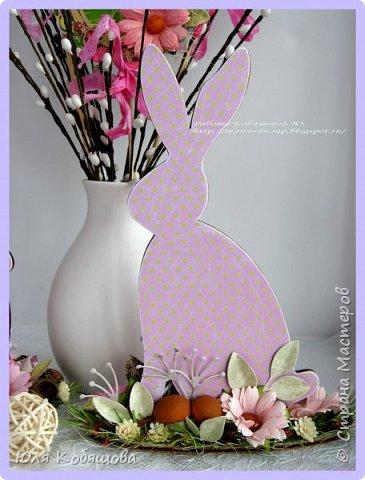 Покажу еще и пасхальные работы. В основе заготовка от C.h.e.a.p-art Весенний праздник. Заготовку прогрунтовала, при помощи маски и текстурной пасты сделала на ней фактуру дерева и покрасила, используя несколько красок коричневого и бежевого оттенков от C.h.e.a.p-art. Использовала цветы, вырубку, декоративные веточки, рафию, цветочный мох. фото 5
