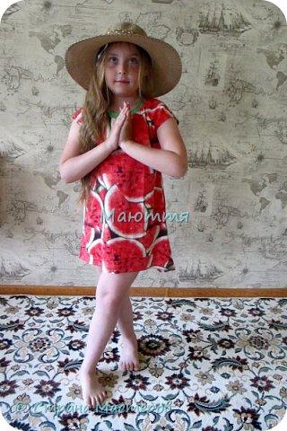 по случаю купила веселый трикотажик, сшила доче платье-туничку. Нижний край асимметричный, покрой свободный, настроение поднимает просто отлично! фото 3