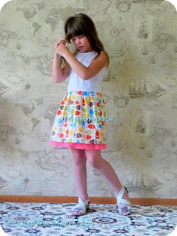 по случаю купила веселый трикотажик, сшила доче платье-туничку. Нижний край асимметричный, покрой свободный, настроение поднимает просто отлично! фото 9