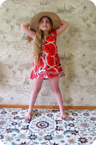 по случаю купила веселый трикотажик, сшила доче платье-туничку. Нижний край асимметричный, покрой свободный, настроение поднимает просто отлично! фото 4