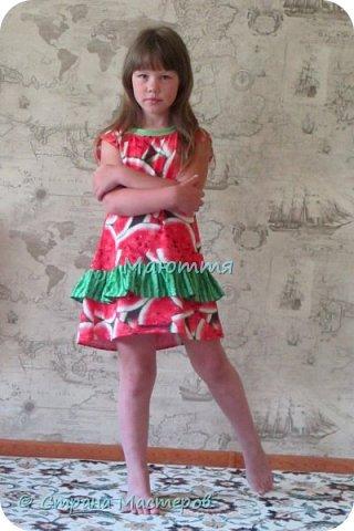 по случаю купила веселый трикотажик, сшила доче платье-туничку. Нижний край асимметричный, покрой свободный, настроение поднимает просто отлично! фото 5