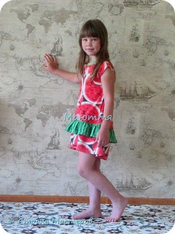 по случаю купила веселый трикотажик, сшила доче платье-туничку. Нижний край асимметричный, покрой свободный, настроение поднимает просто отлично! фото 7
