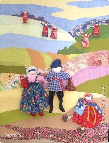 Фон- аппликация из ткани, с объёмными народными куклами из ткани и мочала. фото 3