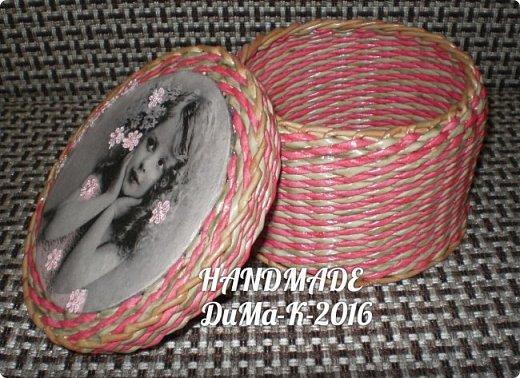 """Всём привет! Я занимаюсь плетением) В этом блоге покажу вам некоторые свои последние работы!  №1 Вот такая шкатулка с винтажной девчушкой! Трубочки  из писчей бумаги, розовые трубочки покрашены колером  с водичкой и лаком, коричневые водная морилка! Всё покрыто клеем ПВА  с водой, и 2 слоя лака """"Евротекс""""! фото 3"""