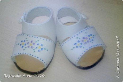 Представляю на ваш суд еще одну обувку для нашей Али. Для этих сандаликов использовала старую сумку. Кожа была довольно толстая, поэтому подклад не делала.