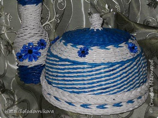"""Приветствую всех,кто заглянул на """"огонек""""!!!Сегодня у меня всего две хлебнички и ваза...Плела всё из трубочек потребительской бумаги(белые не окрашены,а цветные красила:грунтовка+колер+лак),сверху вскрывала лаком и украшала """"канзашиками"""".Это первые плетеночки украшенные цветами из лент. фото 1"""