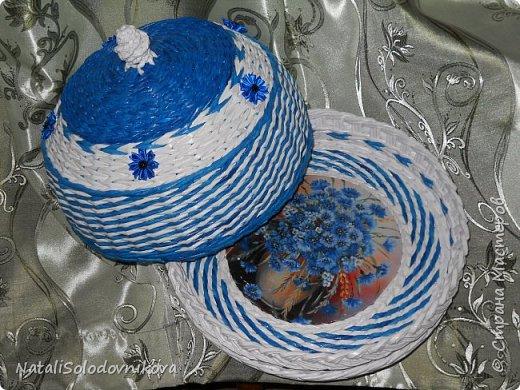 """Приветствую всех,кто заглянул на """"огонек""""!!!Сегодня у меня всего две хлебнички и ваза...Плела всё из трубочек потребительской бумаги(белые не окрашены,а цветные красила:грунтовка+колер+лак),сверху вскрывала лаком и украшала """"канзашиками"""".Это первые плетеночки украшенные цветами из лент. фото 2"""