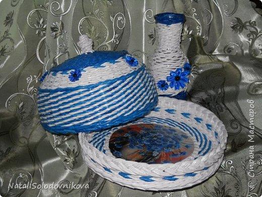 """Приветствую всех,кто заглянул на """"огонек""""!!!Сегодня у меня всего две хлебнички и ваза...Плела всё из трубочек потребительской бумаги(белые не окрашены,а цветные красила:грунтовка+колер+лак),сверху вскрывала лаком и украшала """"канзашиками"""".Это первые плетеночки украшенные цветами из лент. фото 3"""