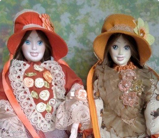 Обе будуарные куклы  выполнены в смешанной технике. Тело сшито из х/б ткани. Выкраивать тело можно по любой выкройке текстильной куклы или используя выкройку приталенного платья для куклы. Главное, определиться с размерами будущей куклы, потому что головку, ручки  и ножки для будуарной куколки необходимо будет вылепить из пластической глины, пластика. У этих кукол голова, ручки по локоть, ножки выше колена вылеплены из пластика La Doll. Тело мягкое, утяжеленное внизу  мелкими кварцевыми камешками   для того, чтобы кукла прочно сидела и выполняла свое основное предназначение – украшала интерьер. Части из пластика отшлифованы, загрунтованы и покрашены акриловыми красками телесного оттенка. Ножки можно вылепить с обувью - туфельками, которые потом расписать красками. Для рук и ног выкраиваются прямоугольники, в которые они и  крепятся при помощи крепкой нити и клея. Мастер – класс можно найти в интернете. Куколки ростом 28 см. Платье сшито по выкройке старинного платья. Чепчики  сшиты из фетра. Украшены лентами и кружевом. Отделка на платьях кружевом, бисером, цветами из тонких лент. Ботиночки из искусственной кожи на подошве и со стельками. Волосы – искусственные трессы. Лица расписаны акриловыми красками. Приятного просмотра!! Спасибо, что заглянули. фото 1