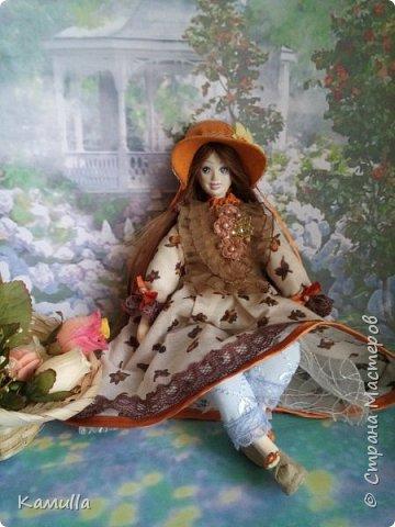 Обе будуарные куклы  выполнены в смешанной технике. Тело сшито из х/б ткани. Выкраивать тело можно по любой выкройке текстильной куклы или используя выкройку приталенного платья для куклы. Главное, определиться с размерами будущей куклы, потому что головку, ручки  и ножки для будуарной куколки необходимо будет вылепить из пластической глины, пластика. У этих кукол голова, ручки по локоть, ножки выше колена вылеплены из пластика La Doll. Тело мягкое, утяжеленное внизу  мелкими кварцевыми камешками   для того, чтобы кукла прочно сидела и выполняла свое основное предназначение – украшала интерьер. Части из пластика отшлифованы, загрунтованы и покрашены акриловыми красками телесного оттенка. Ножки можно вылепить с обувью - туфельками, которые потом расписать красками. Для рук и ног выкраиваются прямоугольники, в которые они и  крепятся при помощи крепкой нити и клея. Мастер – класс можно найти в интернете. Куколки ростом 28 см. Платье сшито по выкройке старинного платья. Чепчики  сшиты из фетра. Украшены лентами и кружевом. Отделка на платьях кружевом, бисером, цветами из тонких лент. Ботиночки из искусственной кожи на подошве и со стельками. Волосы – искусственные трессы. Лица расписаны акриловыми красками. Приятного просмотра!! Спасибо, что заглянули. фото 13