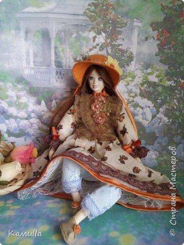 Обе будуарные куклы  выполнены в смешанной технике. Тело сшито из х/б ткани. Выкраивать тело можно по любой выкройке текстильной куклы или используя выкройку приталенного платья для куклы. Главное, определиться с размерами будущей куклы, потому что головку, ручки  и ножки для будуарной куколки необходимо будет вылепить из пластической глины, пластика. У этих кукол голова, ручки по локоть, ножки выше колена вылеплены из пластика La Doll. Тело мягкое, утяжеленное внизу  мелкими кварцевыми камешками   для того, чтобы кукла прочно сидела и выполняла свое основное предназначение – украшала интерьер. Части из пластика отшлифованы, загрунтованы и покрашены акриловыми красками телесного оттенка. Ножки можно вылепить с обувью - туфельками, которые потом расписать красками. Для рук и ног выкраиваются прямоугольники, в которые они и  крепятся при помощи крепкой нити и клея. Мастер – класс можно найти в интернете. Куколки ростом 28 см. Платье сшито по выкройке старинного платья. Чепчики  сшиты из фетра. Украшены лентами и кружевом. Отделка на платьях кружевом, бисером, цветами из тонких лент. Ботиночки из искусственной кожи на подошве и со стельками. Волосы – искусственные трессы. Лица расписаны акриловыми красками. Приятного просмотра!! Спасибо, что заглянули. фото 14