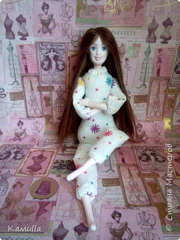Обе будуарные куклы  выполнены в смешанной технике. Тело сшито из х/б ткани. Выкраивать тело можно по любой выкройке текстильной куклы или используя выкройку приталенного платья для куклы. Главное, определиться с размерами будущей куклы, потому что головку, ручки  и ножки для будуарной куколки необходимо будет вылепить из пластической глины, пластика. У этих кукол голова, ручки по локоть, ножки выше колена вылеплены из пластика La Doll. Тело мягкое, утяжеленное внизу  мелкими кварцевыми камешками   для того, чтобы кукла прочно сидела и выполняла свое основное предназначение – украшала интерьер. Части из пластика отшлифованы, загрунтованы и покрашены акриловыми красками телесного оттенка. Ножки можно вылепить с обувью - туфельками, которые потом расписать красками. Для рук и ног выкраиваются прямоугольники, в которые они и  крепятся при помощи крепкой нити и клея. Мастер – класс можно найти в интернете. Куколки ростом 28 см. Платье сшито по выкройке старинного платья. Чепчики  сшиты из фетра. Украшены лентами и кружевом. Отделка на платьях кружевом, бисером, цветами из тонких лент. Ботиночки из искусственной кожи на подошве и со стельками. Волосы – искусственные трессы. Лица расписаны акриловыми красками. Приятного просмотра!! Спасибо, что заглянули. фото 3