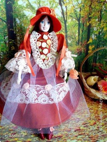 Обе будуарные куклы  выполнены в смешанной технике. Тело сшито из х/б ткани. Выкраивать тело можно по любой выкройке текстильной куклы или используя выкройку приталенного платья для куклы. Главное, определиться с размерами будущей куклы, потому что головку, ручки  и ножки для будуарной куколки необходимо будет вылепить из пластической глины, пластика. У этих кукол голова, ручки по локоть, ножки выше колена вылеплены из пластика La Doll. Тело мягкое, утяжеленное внизу  мелкими кварцевыми камешками   для того, чтобы кукла прочно сидела и выполняла свое основное предназначение – украшала интерьер. Части из пластика отшлифованы, загрунтованы и покрашены акриловыми красками телесного оттенка. Ножки можно вылепить с обувью - туфельками, которые потом расписать красками. Для рук и ног выкраиваются прямоугольники, в которые они и  крепятся при помощи крепкой нити и клея. Мастер – класс можно найти в интернете. Куколки ростом 28 см. Платье сшито по выкройке старинного платья. Чепчики  сшиты из фетра. Украшены лентами и кружевом. Отделка на платьях кружевом, бисером, цветами из тонких лент. Ботиночки из искусственной кожи на подошве и со стельками. Волосы – искусственные трессы. Лица расписаны акриловыми красками. Приятного просмотра!! Спасибо, что заглянули. фото 6
