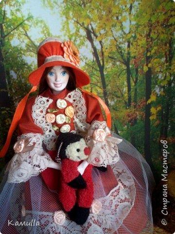 Обе будуарные куклы  выполнены в смешанной технике. Тело сшито из х/б ткани. Выкраивать тело можно по любой выкройке текстильной куклы или используя выкройку приталенного платья для куклы. Главное, определиться с размерами будущей куклы, потому что головку, ручки  и ножки для будуарной куколки необходимо будет вылепить из пластической глины, пластика. У этих кукол голова, ручки по локоть, ножки выше колена вылеплены из пластика La Doll. Тело мягкое, утяжеленное внизу  мелкими кварцевыми камешками   для того, чтобы кукла прочно сидела и выполняла свое основное предназначение – украшала интерьер. Части из пластика отшлифованы, загрунтованы и покрашены акриловыми красками телесного оттенка. Ножки можно вылепить с обувью - туфельками, которые потом расписать красками. Для рук и ног выкраиваются прямоугольники, в которые они и  крепятся при помощи крепкой нити и клея. Мастер – класс можно найти в интернете. Куколки ростом 28 см. Платье сшито по выкройке старинного платья. Чепчики  сшиты из фетра. Украшены лентами и кружевом. Отделка на платьях кружевом, бисером, цветами из тонких лент. Ботиночки из искусственной кожи на подошве и со стельками. Волосы – искусственные трессы. Лица расписаны акриловыми красками. Приятного просмотра!! Спасибо, что заглянули. фото 7