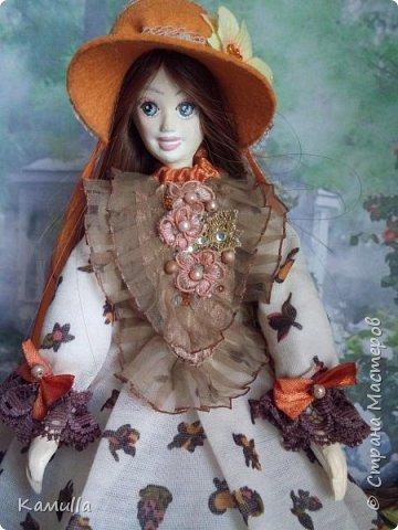 Обе будуарные куклы  выполнены в смешанной технике. Тело сшито из х/б ткани. Выкраивать тело можно по любой выкройке текстильной куклы или используя выкройку приталенного платья для куклы. Главное, определиться с размерами будущей куклы, потому что головку, ручки  и ножки для будуарной куколки необходимо будет вылепить из пластической глины, пластика. У этих кукол голова, ручки по локоть, ножки выше колена вылеплены из пластика La Doll. Тело мягкое, утяжеленное внизу  мелкими кварцевыми камешками   для того, чтобы кукла прочно сидела и выполняла свое основное предназначение – украшала интерьер. Части из пластика отшлифованы, загрунтованы и покрашены акриловыми красками телесного оттенка. Ножки можно вылепить с обувью - туфельками, которые потом расписать красками. Для рук и ног выкраиваются прямоугольники, в которые они и  крепятся при помощи крепкой нити и клея. Мастер – класс можно найти в интернете. Куколки ростом 28 см. Платье сшито по выкройке старинного платья. Чепчики  сшиты из фетра. Украшены лентами и кружевом. Отделка на платьях кружевом, бисером, цветами из тонких лент. Ботиночки из искусственной кожи на подошве и со стельками. Волосы – искусственные трессы. Лица расписаны акриловыми красками. Приятного просмотра!! Спасибо, что заглянули. фото 10