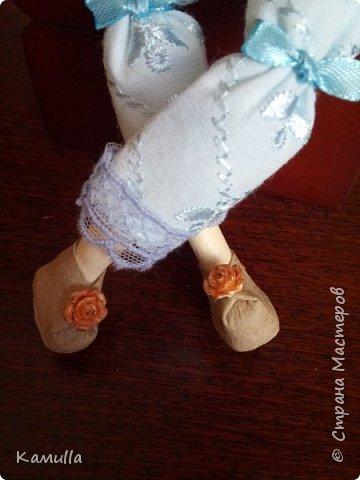 Обе будуарные куклы  выполнены в смешанной технике. Тело сшито из х/б ткани. Выкраивать тело можно по любой выкройке текстильной куклы или используя выкройку приталенного платья для куклы. Главное, определиться с размерами будущей куклы, потому что головку, ручки  и ножки для будуарной куколки необходимо будет вылепить из пластической глины, пластика. У этих кукол голова, ручки по локоть, ножки выше колена вылеплены из пластика La Doll. Тело мягкое, утяжеленное внизу  мелкими кварцевыми камешками   для того, чтобы кукла прочно сидела и выполняла свое основное предназначение – украшала интерьер. Части из пластика отшлифованы, загрунтованы и покрашены акриловыми красками телесного оттенка. Ножки можно вылепить с обувью - туфельками, которые потом расписать красками. Для рук и ног выкраиваются прямоугольники, в которые они и  крепятся при помощи крепкой нити и клея. Мастер – класс можно найти в интернете. Куколки ростом 28 см. Платье сшито по выкройке старинного платья. Чепчики  сшиты из фетра. Украшены лентами и кружевом. Отделка на платьях кружевом, бисером, цветами из тонких лент. Ботиночки из искусственной кожи на подошве и со стельками. Волосы – искусственные трессы. Лица расписаны акриловыми красками. Приятного просмотра!! Спасибо, что заглянули. фото 11