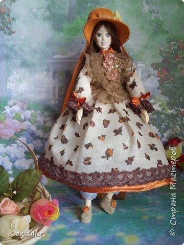 Обе будуарные куклы  выполнены в смешанной технике. Тело сшито из х/б ткани. Выкраивать тело можно по любой выкройке текстильной куклы или используя выкройку приталенного платья для куклы. Главное, определиться с размерами будущей куклы, потому что головку, ручки  и ножки для будуарной куколки необходимо будет вылепить из пластической глины, пластика. У этих кукол голова, ручки по локоть, ножки выше колена вылеплены из пластика La Doll. Тело мягкое, утяжеленное внизу  мелкими кварцевыми камешками   для того, чтобы кукла прочно сидела и выполняла свое основное предназначение – украшала интерьер. Части из пластика отшлифованы, загрунтованы и покрашены акриловыми красками телесного оттенка. Ножки можно вылепить с обувью - туфельками, которые потом расписать красками. Для рук и ног выкраиваются прямоугольники, в которые они и  крепятся при помощи крепкой нити и клея. Мастер – класс можно найти в интернете. Куколки ростом 28 см. Платье сшито по выкройке старинного платья. Чепчики  сшиты из фетра. Украшены лентами и кружевом. Отделка на платьях кружевом, бисером, цветами из тонких лент. Ботиночки из искусственной кожи на подошве и со стельками. Волосы – искусственные трессы. Лица расписаны акриловыми красками. Приятного просмотра!! Спасибо, что заглянули. фото 12