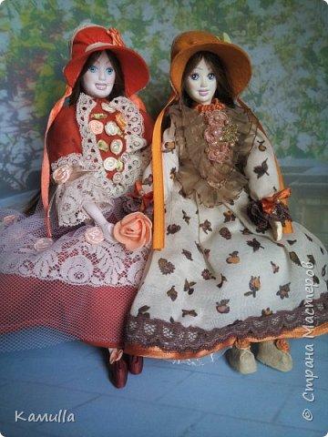 Обе будуарные куклы  выполнены в смешанной технике. Тело сшито из х/б ткани. Выкраивать тело можно по любой выкройке текстильной куклы или используя выкройку приталенного платья для куклы. Главное, определиться с размерами будущей куклы, потому что головку, ручки  и ножки для будуарной куколки необходимо будет вылепить из пластической глины, пластика. У этих кукол голова, ручки по локоть, ножки выше колена вылеплены из пластика La Doll. Тело мягкое, утяжеленное внизу  мелкими кварцевыми камешками   для того, чтобы кукла прочно сидела и выполняла свое основное предназначение – украшала интерьер. Части из пластика отшлифованы, загрунтованы и покрашены акриловыми красками телесного оттенка. Ножки можно вылепить с обувью - туфельками, которые потом расписать красками. Для рук и ног выкраиваются прямоугольники, в которые они и  крепятся при помощи крепкой нити и клея. Мастер – класс можно найти в интернете. Куколки ростом 28 см. Платье сшито по выкройке старинного платья. Чепчики  сшиты из фетра. Украшены лентами и кружевом. Отделка на платьях кружевом, бисером, цветами из тонких лент. Ботиночки из искусственной кожи на подошве и со стельками. Волосы – искусственные трессы. Лица расписаны акриловыми красками. Приятного просмотра!! Спасибо, что заглянули. фото 15