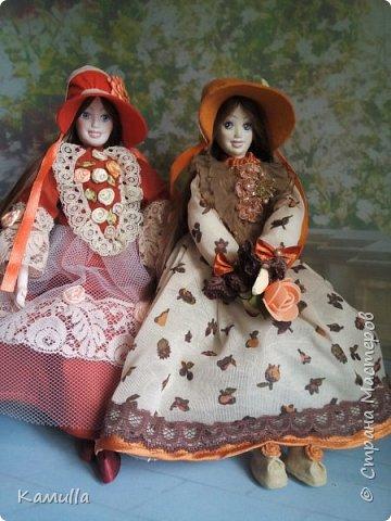 Обе будуарные куклы  выполнены в смешанной технике. Тело сшито из х/б ткани. Выкраивать тело можно по любой выкройке текстильной куклы или используя выкройку приталенного платья для куклы. Главное, определиться с размерами будущей куклы, потому что головку, ручки  и ножки для будуарной куколки необходимо будет вылепить из пластической глины, пластика. У этих кукол голова, ручки по локоть, ножки выше колена вылеплены из пластика La Doll. Тело мягкое, утяжеленное внизу  мелкими кварцевыми камешками   для того, чтобы кукла прочно сидела и выполняла свое основное предназначение – украшала интерьер. Части из пластика отшлифованы, загрунтованы и покрашены акриловыми красками телесного оттенка. Ножки можно вылепить с обувью - туфельками, которые потом расписать красками. Для рук и ног выкраиваются прямоугольники, в которые они и  крепятся при помощи крепкой нити и клея. Мастер – класс можно найти в интернете. Куколки ростом 28 см. Платье сшито по выкройке старинного платья. Чепчики  сшиты из фетра. Украшены лентами и кружевом. Отделка на платьях кружевом, бисером, цветами из тонких лент. Ботиночки из искусственной кожи на подошве и со стельками. Волосы – искусственные трессы. Лица расписаны акриловыми красками. Приятного просмотра!! Спасибо, что заглянули. фото 16