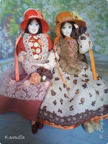 Обе будуарные куклы  выполнены в смешанной технике. Тело сшито из х/б ткани. Выкраивать тело можно по любой выкройке текстильной куклы или используя выкройку приталенного платья для куклы. Главное, определиться с размерами будущей куклы, потому что головку, ручки  и ножки для будуарной куколки необходимо будет вылепить из пластической глины, пластика. У этих кукол голова, ручки по локоть, ножки выше колена вылеплены из пластика La Doll. Тело мягкое, утяжеленное внизу  мелкими кварцевыми камешками   для того, чтобы кукла прочно сидела и выполняла свое основное предназначение – украшала интерьер. Части из пластика отшлифованы, загрунтованы и покрашены акриловыми красками телесного оттенка. Ножки можно вылепить с обувью - туфельками, которые потом расписать красками. Для рук и ног выкраиваются прямоугольники, в которые они и  крепятся при помощи крепкой нити и клея. Мастер – класс можно найти в интернете. Куколки ростом 28 см. Платье сшито по выкройке старинного платья. Чепчики  сшиты из фетра. Украшены лентами и кружевом. Отделка на платьях кружевом, бисером, цветами из тонких лент. Ботиночки из искусственной кожи на подошве и со стельками. Волосы – искусственные трессы. Лица расписаны акриловыми красками. Приятного просмотра!! Спасибо, что заглянули. фото 17