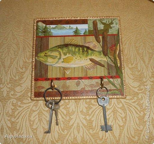 Здравствуйте, дорогие мастера ! Ко дню рождения второго дедушки я (Полина) тоже сделала ключницу. Дедушка у нас любит рыбалку, поэтому ключница с рыбой. Использовала только салфетку. Вот такая она у меня получилась. фото 1