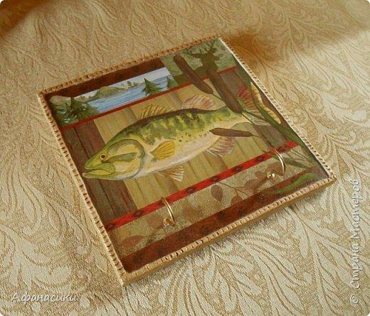 Здравствуйте, дорогие мастера ! Ко дню рождения второго дедушки я (Полина) тоже сделала ключницу. Дедушка у нас любит рыбалку, поэтому ключница с рыбой. Использовала только салфетку. Вот такая она у меня получилась. фото 2