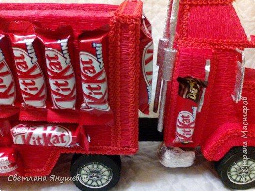 Грузовичок Мак из Тачек, на день рождения сынулечке.  Размер 14х57см. В составе: 16 шоколадок Киндер Макси, 16 мини шоколадок КитКат, пакетик киндер-конфеток Шоко-бон, 2 средних шоколадки КитКат и 1 большая.  Кузов был наполнен всякой всячиной. фото 6