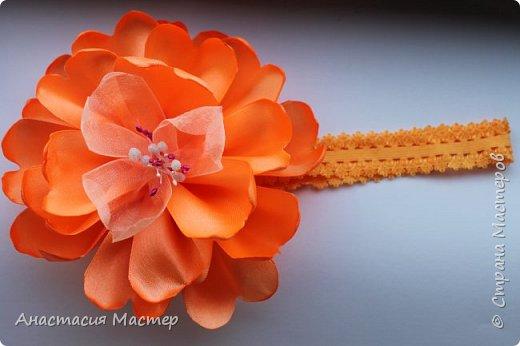 Нежный летний пышный цветок для девочки от 0 до 6 лет. Повязка  хорошо тянется,но надёжно фиксируется на голове. Размер цветка 14,5 см, ширина повязки 2 см. фото 5