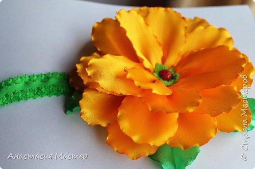 Нежный летний пышный цветок для девочки от 0 до 6 лет. Повязка  хорошо тянется,но надёжно фиксируется на голове. Размер цветка 14,5 см, ширина повязки 2 см. фото 3