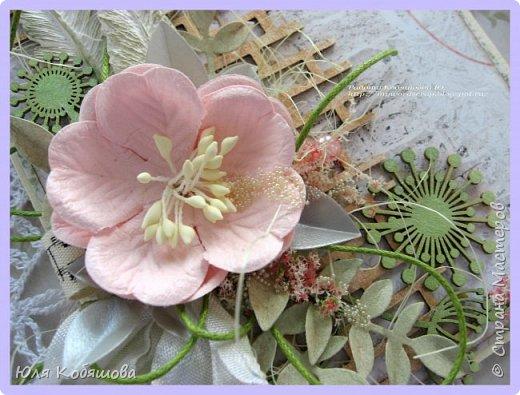 Здравствуйте, мои хорошие! Хочу показать  очередную порцию открыток.  Использовала чипборд от Chipboards.ru Чудоцвет.  Как делаю часто, разрезала его на части и распределила по всей композиции. Так же использовала сизаль, вырубку, цветок, шебби ленту, вощеный шнур, перышки из пластика, полубусинки, микробисер, Flower Soft. фото 2