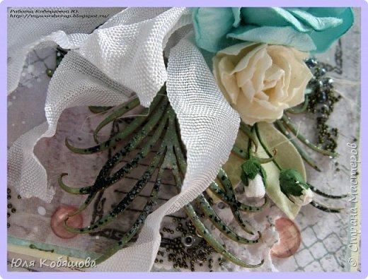 Здравствуйте, мои хорошие! Хочу показать  очередную порцию открыток.  Использовала чипборд от Chipboards.ru Чудоцвет.  Как делаю часто, разрезала его на части и распределила по всей композиции. Так же использовала сизаль, вырубку, цветок, шебби ленту, вощеный шнур, перышки из пластика, полубусинки, микробисер, Flower Soft. фото 11