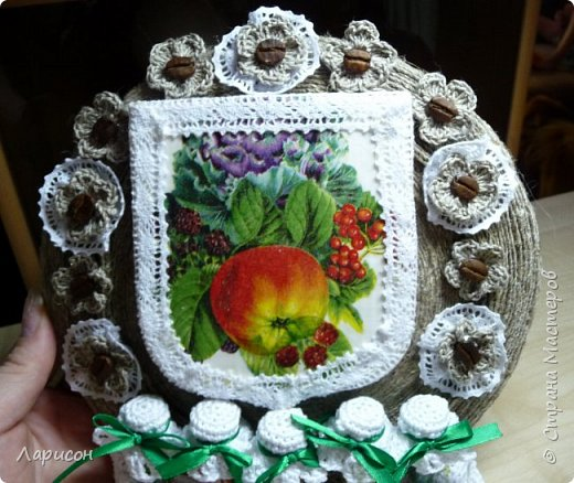 Сделала панно для дачи... Это герб дачи с яблочком, заготовки на полочке и цветочки(мне попались два слова кофе-цветы и я их использовала и в панно и в отдельном изделии - в брошке... фото 2