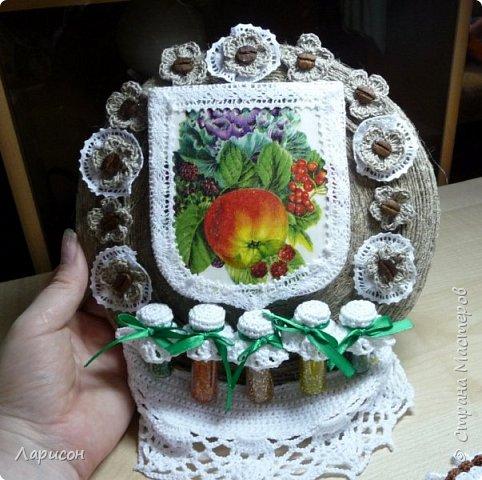 Сделала панно для дачи... Это герб дачи с яблочком, заготовки на полочке и цветочки(мне попались два слова кофе-цветы и я их использовала и в панно и в отдельном изделии - в брошке... фото 1