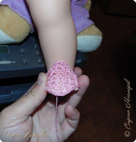 У Лилечки Приветик для куколки Лили связан замечательный наряд  http://stranamasterov.ru/node/1036708 Но не хватало босоножек. Кукла Наташа, решила ей помочь в изготовлении обувки.  Для вязания я брала нитки Ирис, но можно взять любые, какие понравятся вашей кукле. ) фото 4