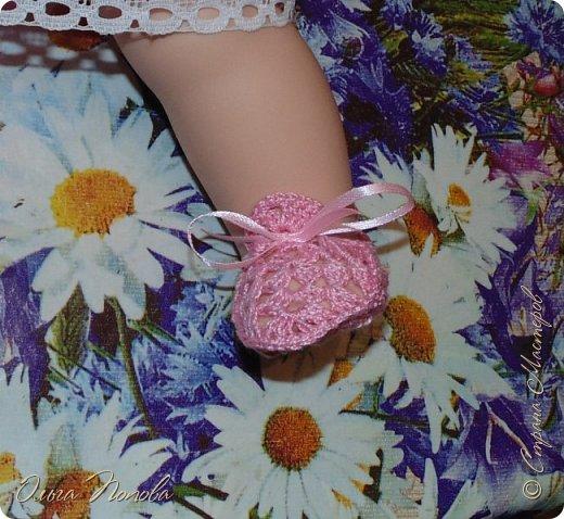 У Лилечки Приветик для куколки Лили связан замечательный наряд  http://stranamasterov.ru/node/1036708 Но не хватало босоножек. Кукла Наташа, решила ей помочь в изготовлении обувки.  Для вязания я брала нитки Ирис, но можно взять любые, какие понравятся вашей кукле. ) фото 13