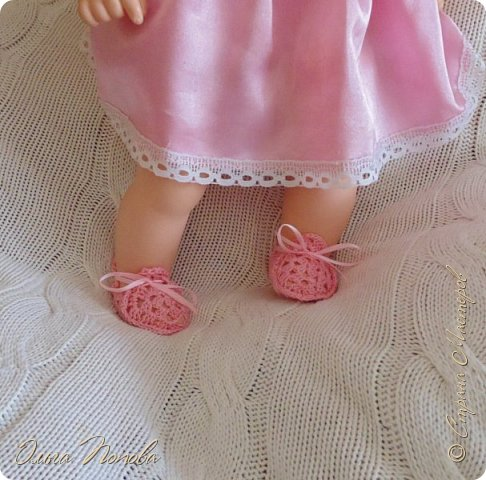 У Лилечки Приветик для куколки Лили связан замечательный наряд  http://stranamasterov.ru/node/1036708 Но не хватало босоножек. Кукла Наташа, решила ей помочь в изготовлении обувки.  Для вязания я брала нитки Ирис, но можно взять любые, какие понравятся вашей кукле. ) фото 15