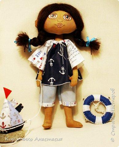 Добрый вечер дорогие гости и жители СМ! Немного из новенького. Куколка кофейная Полинка. Девочка которая очень любит море. Ростиком 37 см. С ней всегда кораблик и спасательный круг. фото 2