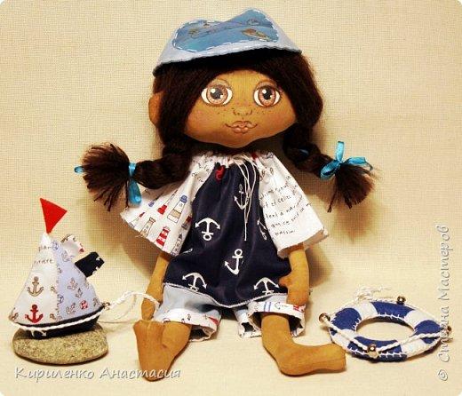 Добрый вечер дорогие гости и жители СМ! Немного из новенького. Куколка кофейная Полинка. Девочка которая очень любит море. Ростиком 37 см. С ней всегда кораблик и спасательный круг. фото 4