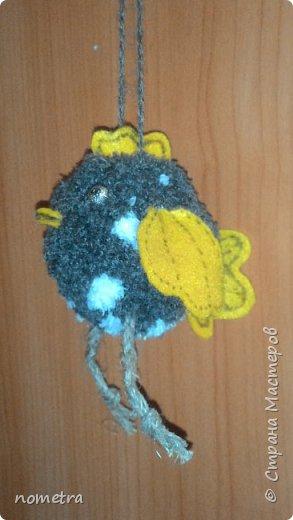 Цыпленок из помпона, фетровые: крылья, клюв, хвостик и гребешок, шпагатовые лапки. фото 5