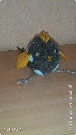 Цыпленок из помпона, фетровые: крылья, клюв, хвостик и гребешок, шпагатовые лапки. фото 2