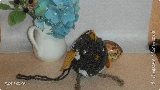 Цыпленок из помпона, фетровые: крылья, клюв, хвостик и гребешок, шпагатовые лапки. фото 1