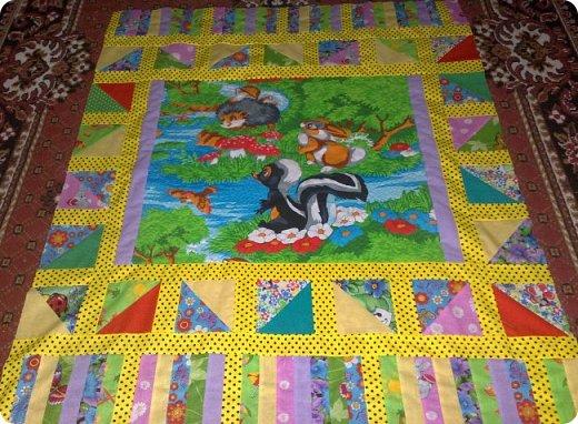 Вот такое сшилось детское одеяло. Одеяло для маленького мальчика.Но я умудрилась сюда вставить яркие лоскутики, просто захотелось одеяло сделать более радостным. фото 2