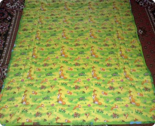 Вот такое сшилось детское одеяло. Одеяло для маленького мальчика.Но я умудрилась сюда вставить яркие лоскутики, просто захотелось одеяло сделать более радостным. фото 6