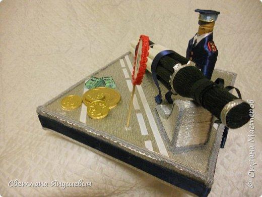 Эта композиция была сделана для полковника полиции.  Погоны - шоколад Вдохновение,  Фигура полицейского - коньяк.  Фуражка оформлена конфетами Бабаквские 28 штук. фото 7