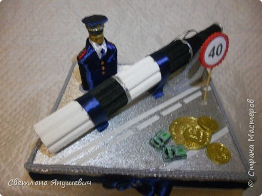 Эта композиция была сделана для полковника полиции.  Погоны - шоколад Вдохновение,  Фигура полицейского - коньяк.  Фуражка оформлена конфетами Бабаквские 28 штук. фото 6