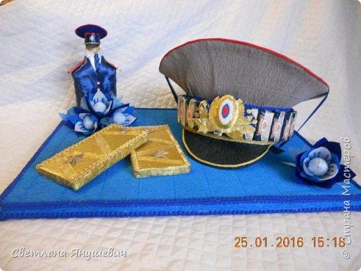 Эта композиция была сделана для полковника полиции.  Погоны - шоколад Вдохновение,  Фигура полицейского - коньяк.  Фуражка оформлена конфетами Бабаквские 28 штук. фото 1