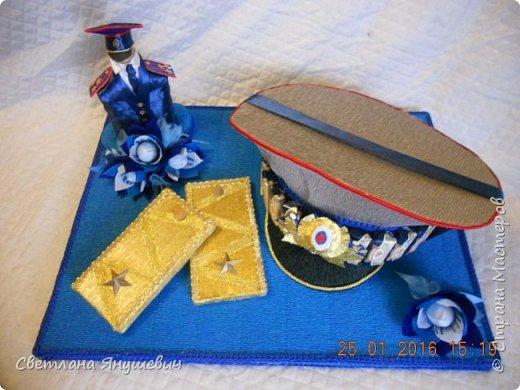 Эта композиция была сделана для полковника полиции.  Погоны - шоколад Вдохновение,  Фигура полицейского - коньяк.  Фуражка оформлена конфетами Бабаквские 28 штук. фото 2