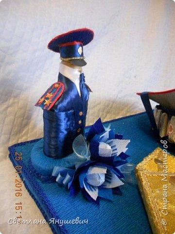 Эта композиция была сделана для полковника полиции.  Погоны - шоколад Вдохновение,  Фигура полицейского - коньяк.  Фуражка оформлена конфетами Бабаквские 28 штук. фото 4