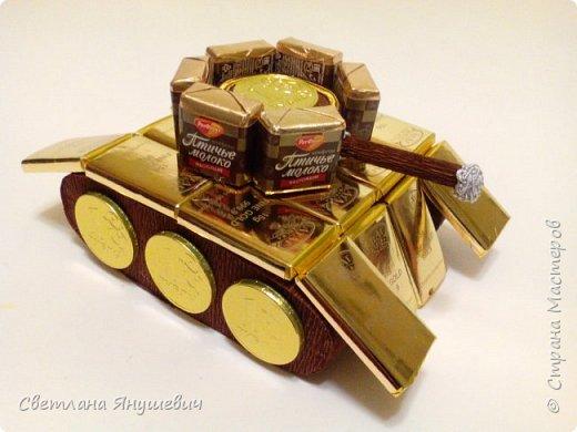 Грузовичок Мак из Тачек, на день рождения сынулечке.  Размер 14х57см. В составе: 16 шоколадок Киндер Макси, 16 мини шоколадок КитКат, пакетик киндер-конфеток Шоко-бон, 2 средних шоколадки КитКат и 1 большая.  Кузов был наполнен всякой всячиной. фото 12