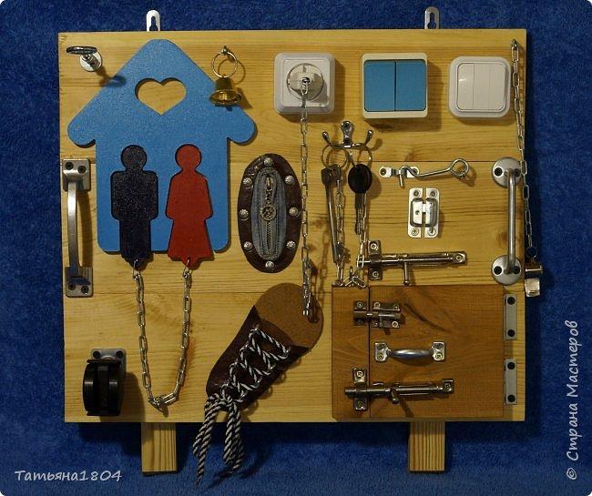 Бизиборд, бизборд (busyboard доска для занятий) — это специальная развивающая доска для детей, на которой располагаются различные дверцы, цепочки, кнопочки, замочки. С помощью доски ребенок, в первую очередь, учится нажимать, открывать, крутить различные предметы. Размер 50х50 см. фото 1